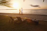 Caucasian couple standing on beach 11018050240| 写真素材・ストックフォト・画像・イラスト素材|アマナイメージズ