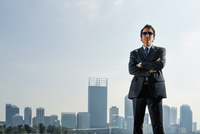 Hispanic businessman standing in front of Perth city skyline, Perth, Western Australia, Australia 11018050373| 写真素材・ストックフォト・画像・イラスト素材|アマナイメージズ