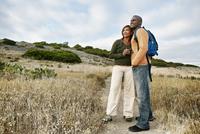 Black couple standing on rural path 11018051233  写真素材・ストックフォト・画像・イラスト素材 アマナイメージズ