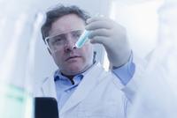 Hispanic scientist examining test tube in lab 11018051239| 写真素材・ストックフォト・画像・イラスト素材|アマナイメージズ
