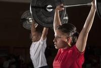 Hispanic people lifting weights in gym 11018051257| 写真素材・ストックフォト・画像・イラスト素材|アマナイメージズ