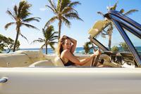 Pacific Islander woman driving convertible at beach 11018052829| 写真素材・ストックフォト・画像・イラスト素材|アマナイメージズ