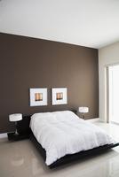 Wall art, lamps and bed in modern bedroom 11018053049  写真素材・ストックフォト・画像・イラスト素材 アマナイメージズ