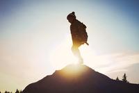 Silhouette of Caucasian child on mountaintop 11018053713| 写真素材・ストックフォト・画像・イラスト素材|アマナイメージズ