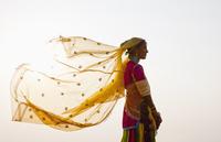 Indian woman in traditional clothing 11018054500| 写真素材・ストックフォト・画像・イラスト素材|アマナイメージズ