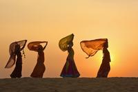 Indian woman in traditional clothing in desert 11018054509| 写真素材・ストックフォト・画像・イラスト素材|アマナイメージズ