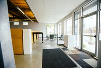 Furniture and door in empty office 11018054741| 写真素材・ストックフォト・画像・イラスト素材|アマナイメージズ