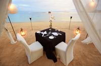 Playful couple near table prepared for romantic dinner at beach 11018055450| 写真素材・ストックフォト・画像・イラスト素材|アマナイメージズ