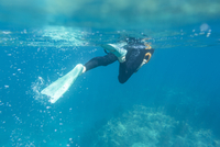 Caucasian woman snorkeling in tropical ocean 11018055627| 写真素材・ストックフォト・画像・イラスト素材|アマナイメージズ