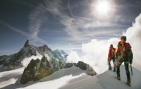 Caucasian hikers standing on snowy mountain top, Mont Blanc, Alps, France 11018055775| 写真素材・ストックフォト・画像・イラスト素材|アマナイメージズ