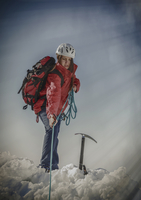 Caucasian hiker pulling rope on snowy mountaintop 11018055788| 写真素材・ストックフォト・画像・イラスト素材|アマナイメージズ