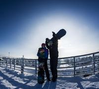 Caucasian snowboarders standing on snowy mountaintop 11018055822| 写真素材・ストックフォト・画像・イラスト素材|アマナイメージズ