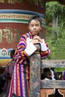 Asian boy leaning on fence post 11018056091| 写真素材・ストックフォト・画像・イラスト素材|アマナイメージズ