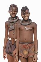 Black girls wearing traditional clothing and jewelry 11018056150| 写真素材・ストックフォト・画像・イラスト素材|アマナイメージズ