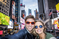 Caucasian couple taking selfie in Times Square, New York City, New York, United States 11018056903| 写真素材・ストックフォト・画像・イラスト素材|アマナイメージズ