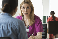 Nurse talking to patient in office 11018057946| 写真素材・ストックフォト・画像・イラスト素材|アマナイメージズ
