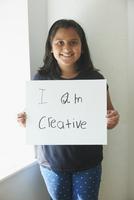 Indian girl holding empowering sign 11018061693| 写真素材・ストックフォト・画像・イラスト素材|アマナイメージズ