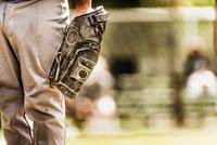 Baseball player wearing baseball glove 11018061900| 写真素材・ストックフォト・画像・イラスト素材|アマナイメージズ