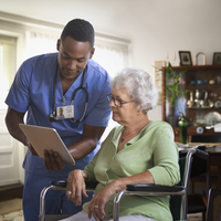 Nurse and patient using digital tablet 11018063377| 写真素材・ストックフォト・画像・イラスト素材|アマナイメージズ