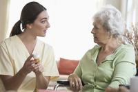 Caucasian nurse explaining medication to patient 11018063407| 写真素材・ストックフォト・画像・イラスト素材|アマナイメージズ
