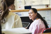 Nurses talking in hospital 11018063411| 写真素材・ストックフォト・画像・イラスト素材|アマナイメージズ