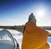 Hiker standing at snowy campsite 11018066679| 写真素材・ストックフォト・画像・イラスト素材|アマナイメージズ