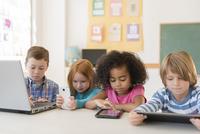 Students using technology in classroom 11018067571| 写真素材・ストックフォト・画像・イラスト素材|アマナイメージズ