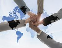 Business people holding hands in world map 11018067869| 写真素材・ストックフォト・画像・イラスト素材|アマナイメージズ
