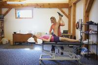 Caucasian girl having physical therapy 11018068119| 写真素材・ストックフォト・画像・イラスト素材|アマナイメージズ