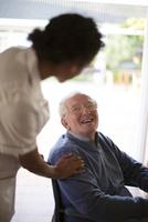 Doctor talking to patient in wheelchair 11018068298| 写真素材・ストックフォト・画像・イラスト素材|アマナイメージズ