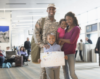 Returning soldier and family smiling in airport 11018068520| 写真素材・ストックフォト・画像・イラスト素材|アマナイメージズ