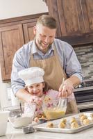 Caucasian father and daughter baking in kitchen 11018068569| 写真素材・ストックフォト・画像・イラスト素材|アマナイメージズ