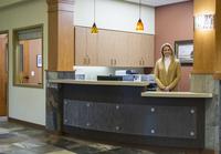 Caucasian receptionist working in office 11018068633| 写真素材・ストックフォト・画像・イラスト素材|アマナイメージズ