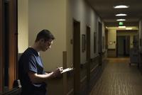 Caucasian nurse writing on clipboard in hospital 11018068637| 写真素材・ストックフォト・画像・イラスト素材|アマナイメージズ