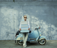 Caucasian man with gift boxes on vintage scooter 11018068775| 写真素材・ストックフォト・画像・イラスト素材|アマナイメージズ