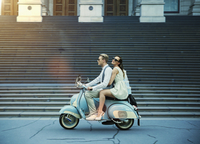 Couple driving vintage scooter 11018068788| 写真素材・ストックフォト・画像・イラスト素材|アマナイメージズ