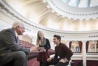 Caucasian teenagers talking to politician in capitol building 11018069076| 写真素材・ストックフォト・画像・イラスト素材|アマナイメージズ