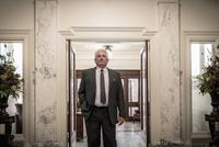 Caucasian politician standing in doorway 11018069105| 写真素材・ストックフォト・画像・イラスト素材|アマナイメージズ