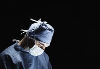 Mixed race surgeon working in operating room 11018069235| 写真素材・ストックフォト・画像・イラスト素材|アマナイメージズ