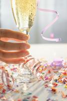 Hispanic woman holding glass of champagne 11018069250  写真素材・ストックフォト・画像・イラスト素材 アマナイメージズ