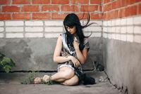 Caucasian woman sitting on sidewalk with cats 11018069511| 写真素材・ストックフォト・画像・イラスト素材|アマナイメージズ