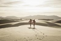 Caucasian children running in desert 11018069557| 写真素材・ストックフォト・画像・イラスト素材|アマナイメージズ