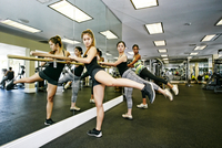 Women working out at barre in gymnasium 11018069629| 写真素材・ストックフォト・画像・イラスト素材|アマナイメージズ