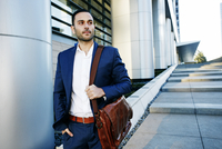 Caucasian businessman walking outside office building 11018069699| 写真素材・ストックフォト・画像・イラスト素材|アマナイメージズ