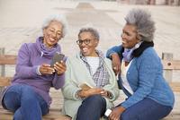 Older African American women using cell phones outdoors 11018069744  写真素材・ストックフォト・画像・イラスト素材 アマナイメージズ