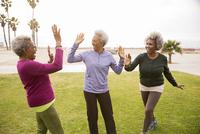 Older African American women cheering in park 11018069745| 写真素材・ストックフォト・画像・イラスト素材|アマナイメージズ