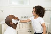 Boy helping father shave in bathroom 11018069774| 写真素材・ストックフォト・画像・イラスト素材|アマナイメージズ