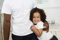 Father and son hugging in bathroom 11018069776| 写真素材・ストックフォト・画像・イラスト素材|アマナイメージズ