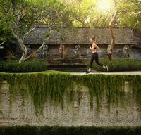 Pacific Islander athlete jogging in garden 11018070308| 写真素材・ストックフォト・画像・イラスト素材|アマナイメージズ