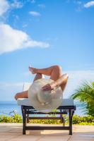 Hispanic woman sunbathing outdoors 11018070435| 写真素材・ストックフォト・画像・イラスト素材|アマナイメージズ